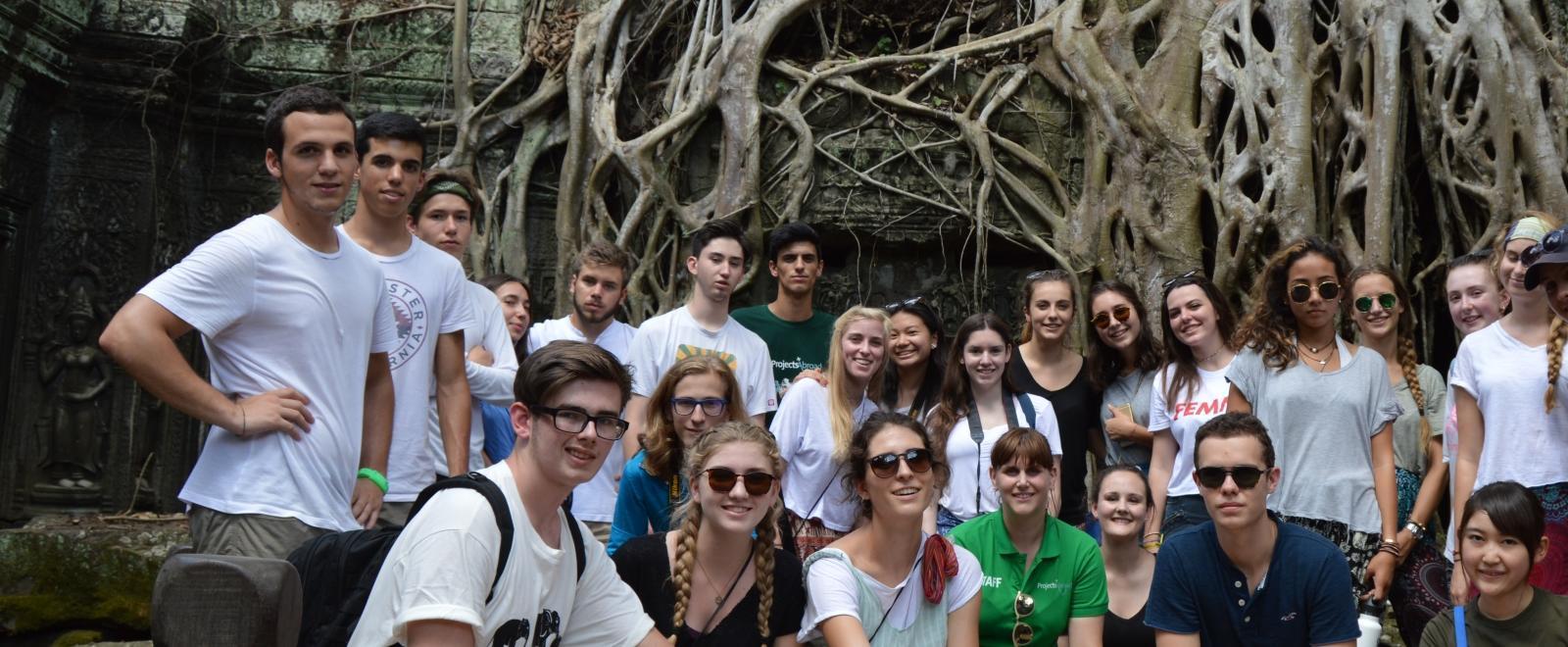 Voluntarios en Camboya visitando los templos Angkor Wat.